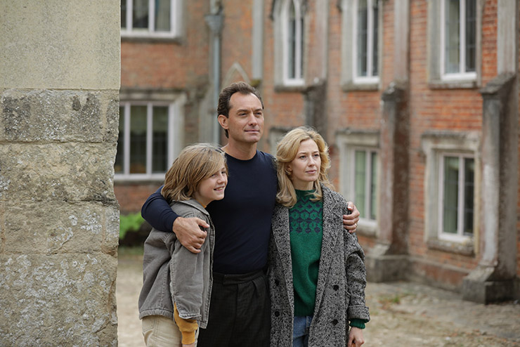 Jude Law as Rory, Carrie Coon as Allison and Charlie Shotwell as Benjamin in Sean Durkin's